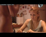 Laura Azcurra mirando una poronga