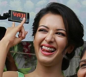 Nude navel Catherine Tresa handjob with black mic in saree